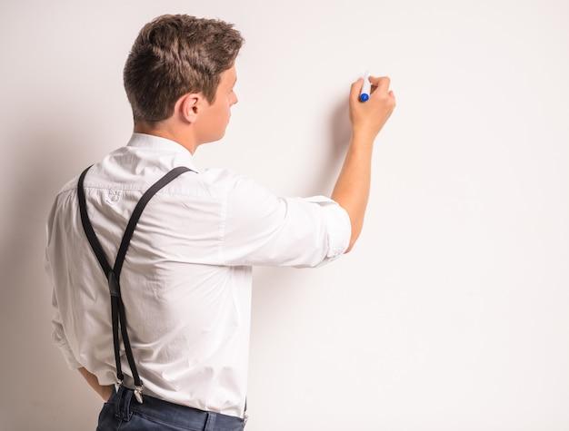 青年実業家の肖像画、壁にマーカーを書く