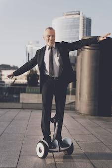 男は飛ぶ鳥のようにジャイロボードに乗っています。