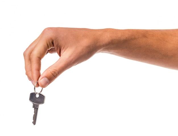 男の手は分離されたキーを握る
