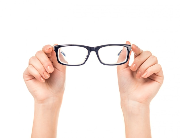 女性の手が分離されたメガネを保持します。