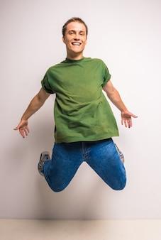 幸せな若いブレイクダンサーの跳躍