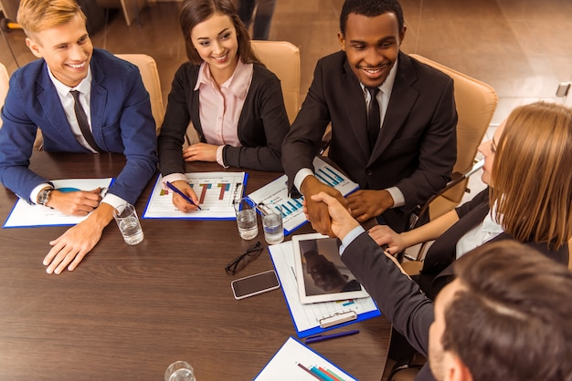 ビジネスの人々は事件を議論するテーブルに適しています。