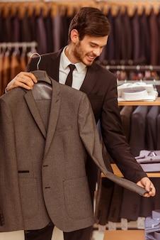 現代の若いハンサムな実業家笑顔。