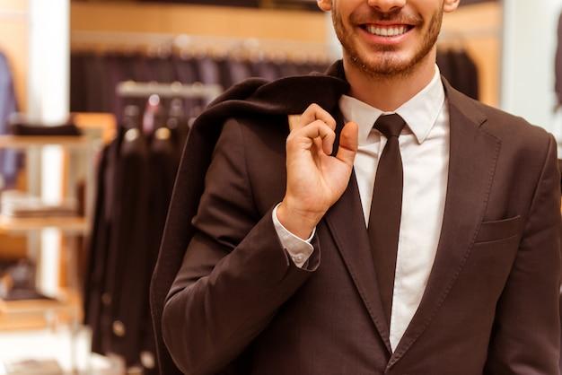現代の若いハンサムな実業家は、古典的なスーツを着ています。