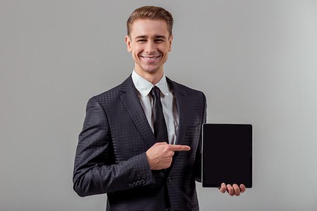 古典的なスーツで魅力的な若いブロンドのビジネスマン。