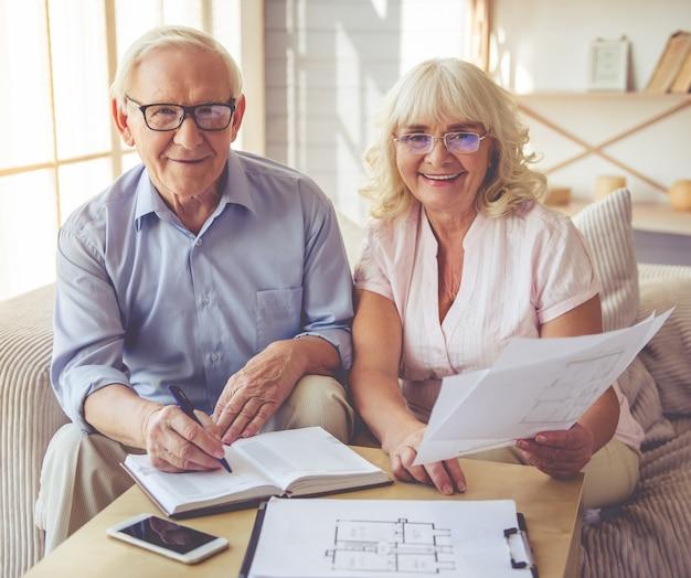 ハンサムな老人と美しい女性が議論しています。