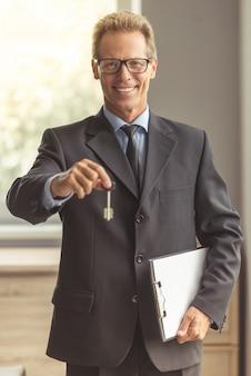 古典的なスーツでハンサムな中年の全米リアルター協会加入者。