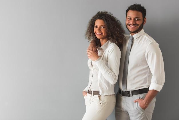 Красивая афро американская пара в элегантной повседневной одежде.