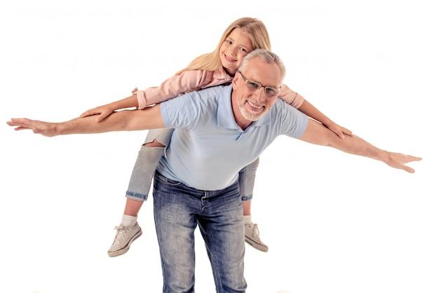 かわいい女の子と彼女のハンサムなおじいちゃんの肖像画。
