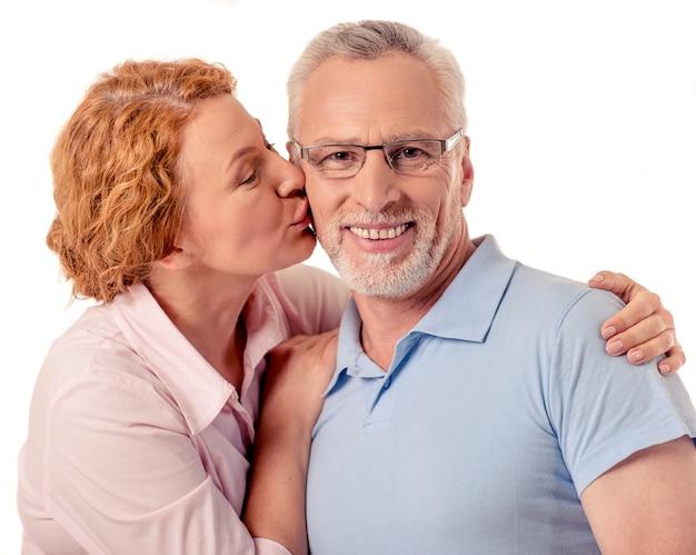 美しい幸せな成熟したカップルはカメラを見ています。