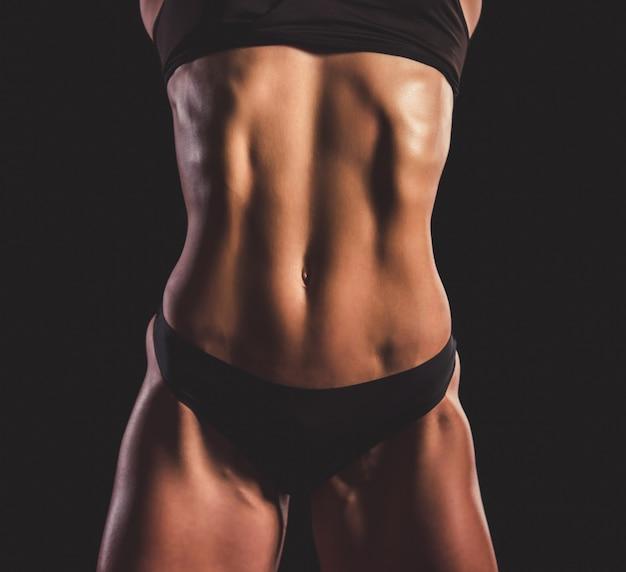 Красивая сильная женщина в черном нижнем белье.