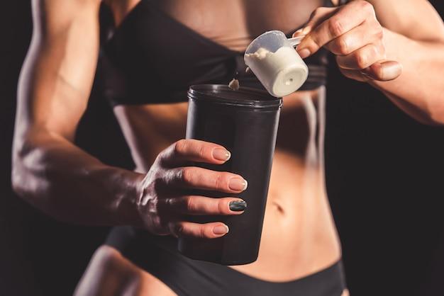 Обрезанное изображение сильной мускулистой женщины.