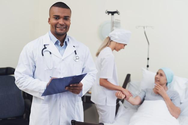 Доктор позирует на фоне пациента.