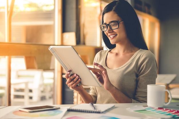 眼鏡のデザイナーはデジタルタブレットを使用しています。