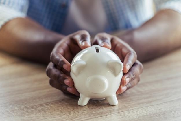 アフロアメリカンビジネスマン、貯金を保持しています。