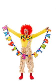 Смешной игривый клоун в красном парике