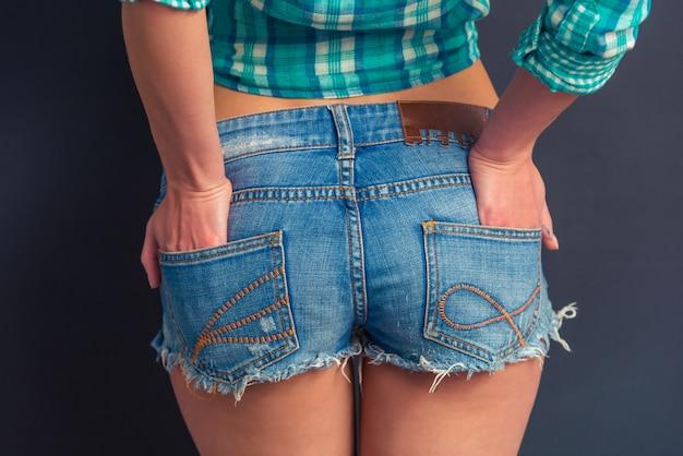 Привлекательная девушка в джинсовых шортах.