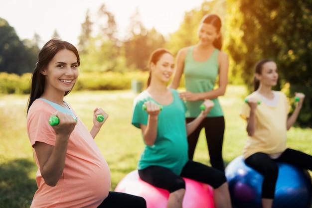 Фитнес для живота на открытом воздухе. упражнение йога мячи.