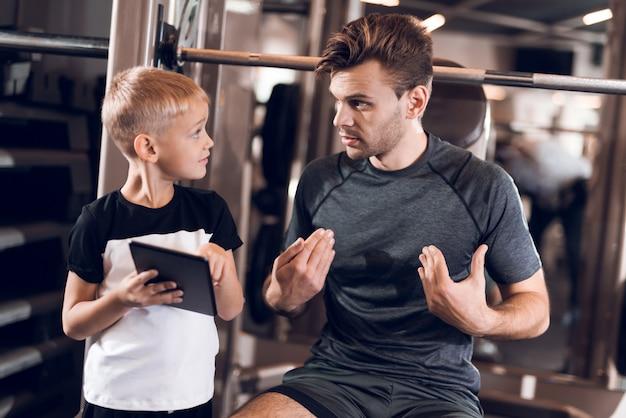 父と息子の健康的なライフスタイルの時間一緒に。