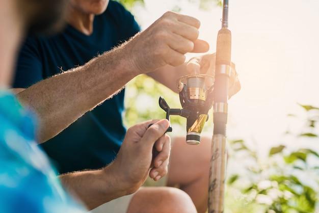 人々はリラックスして釣り糸を引っ張ります。
