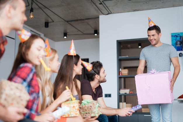 ゲストは誕生日の女の子にプレゼントを贈ります。