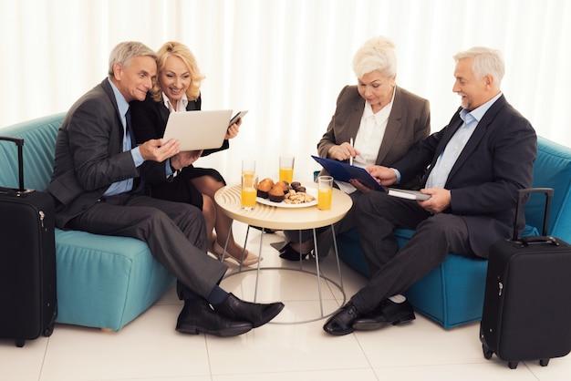 年配の女性と年配の男性がソファに座っています。