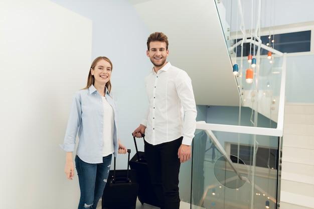 Молодая пара переехала в собственную квартиру.