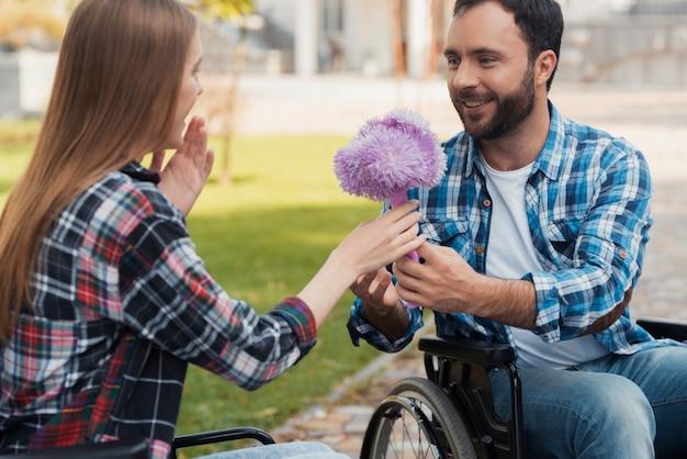 車椅子に乗った数人の厄介者が公園で会った。