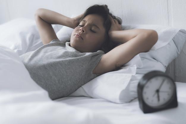 少女はほとんど目を覚まし、朝にアラームオフに引っ張る