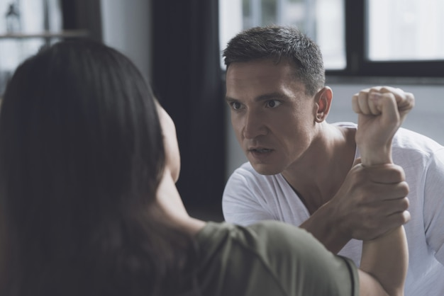 Борьба и ссора между женщиной и мужчиной дома