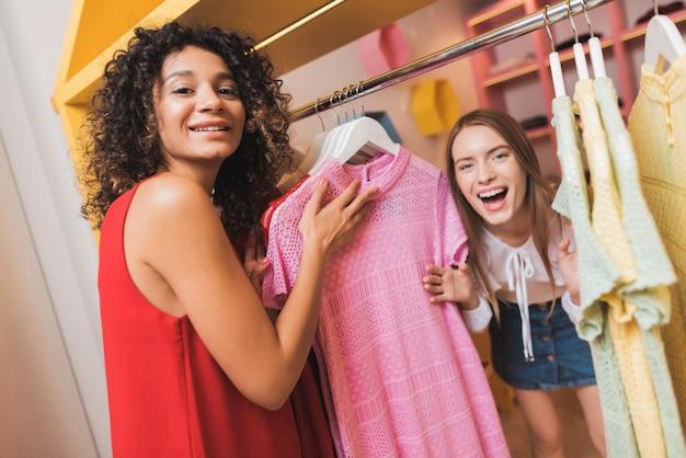 Две красивые девушки развлекаются в примерочной.