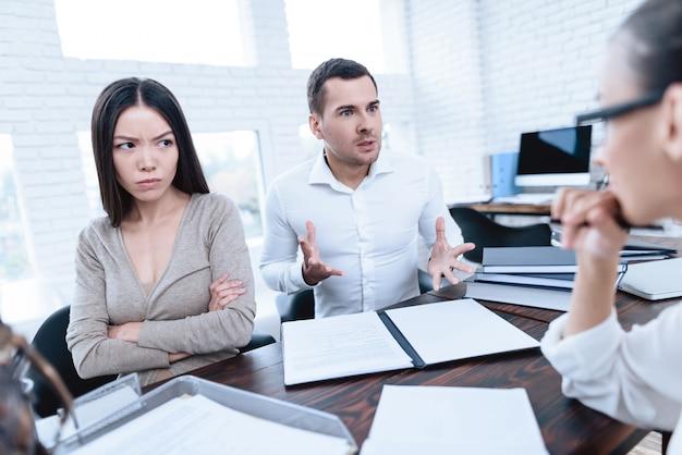 Супруги ссорятся и спорят друг с другом.