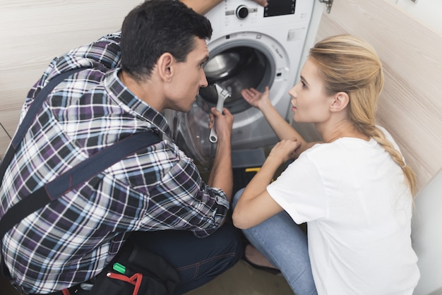 その女性は洗濯機の修理工を呼んだ。
