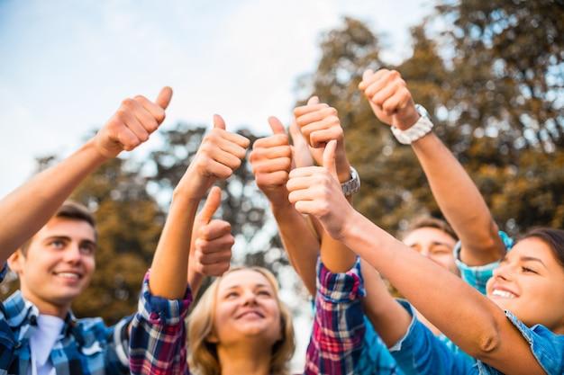学生は輪になって上に指を見せた。