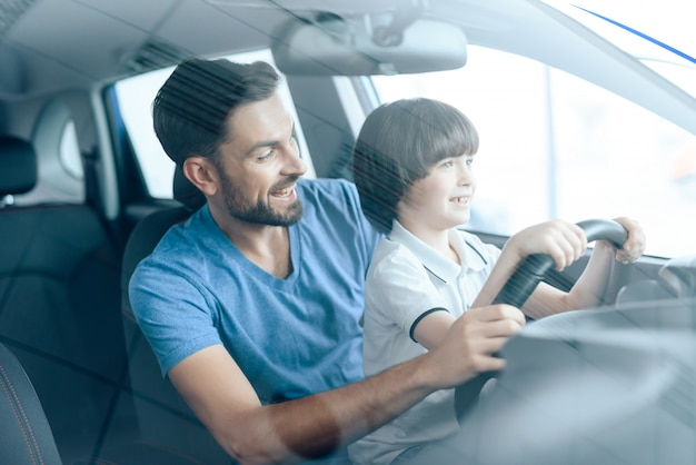 男は息子に車を運転するように教えます。