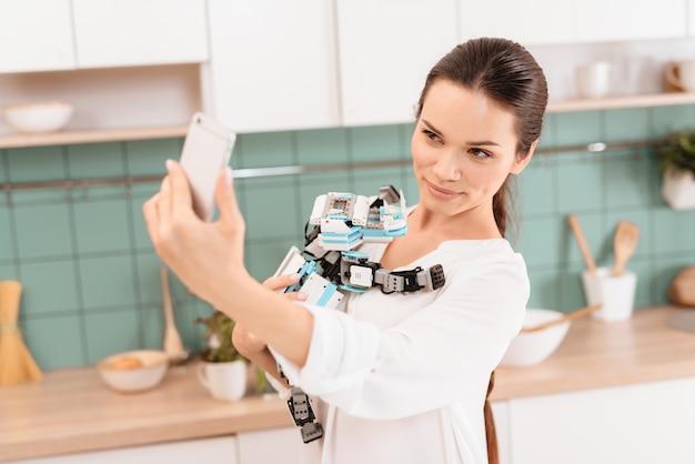 美しい少女が台所でサイロボットでポーズします。