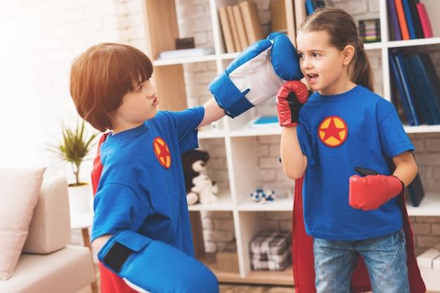 スーパーヒーローの赤と青のスーツを着た子供たち。