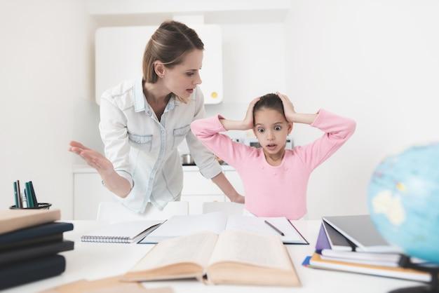 ママと娘はその課題を解決しようとしています。
