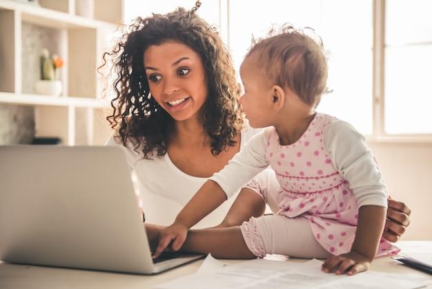 美しいアフロアメリカンの女性と彼女のかわいい赤ちゃん。