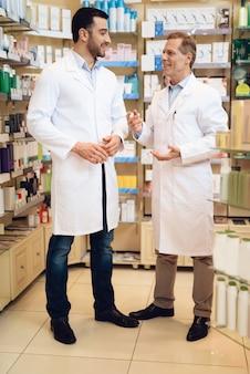 男性薬剤師は薬局にいます。