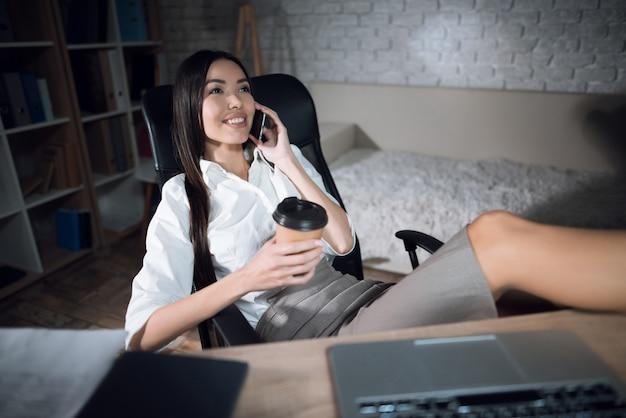 オフィスで若い美しい女性実業家の女の子。
