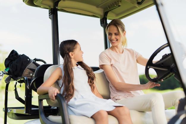 家族関係ゴルファーは一緒にスポーツをします。