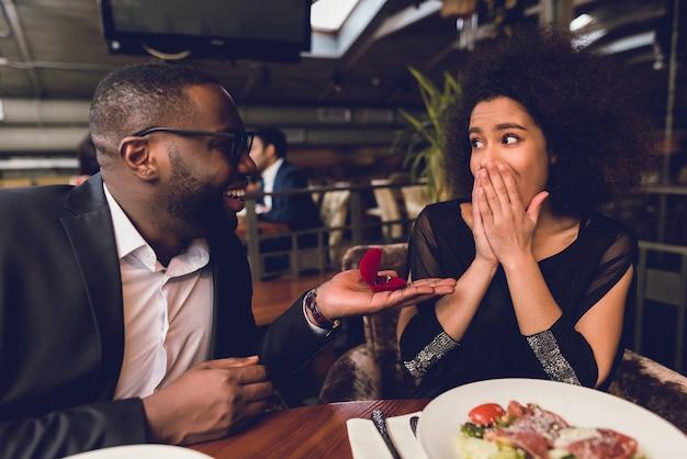 男は女の子に指輪をあげる。