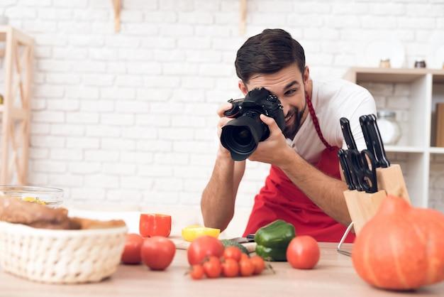 料理のポッドキャスト視聴者のための食材を撮影するシェフ。