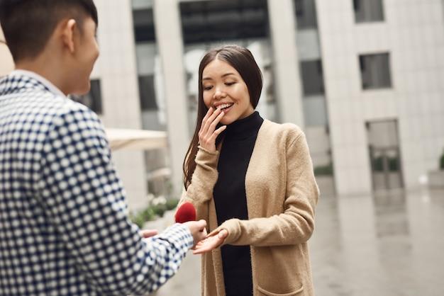 ボックスの婚約指輪は、ハンサムな女の子を興奮させた。