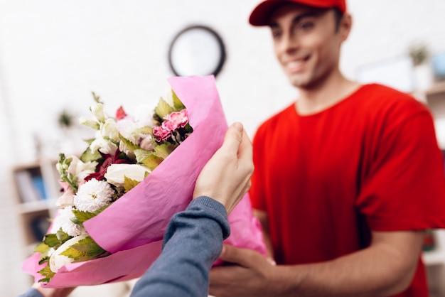 Мужчина арабской национальности занимается доставкой цветов.