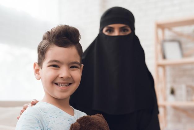 アラブ人家族の小さな男の子がおもちゃを持っています。