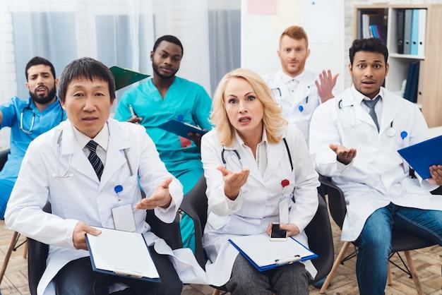 女医がカメラの前で誰かと主張しています。