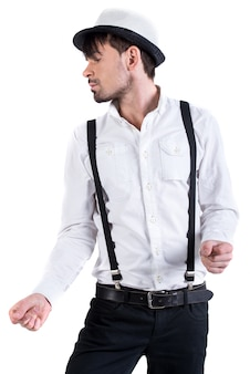 白いシャツと白い帽子の若い背の高い男が踊っています。