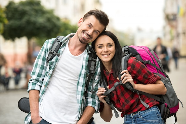 笑顔の若いカップルが街を歩いています。